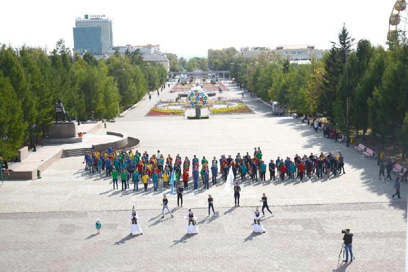200-ге жуық қостанайлық жас «Рухани жаңғыру» логотипін бейнеледі