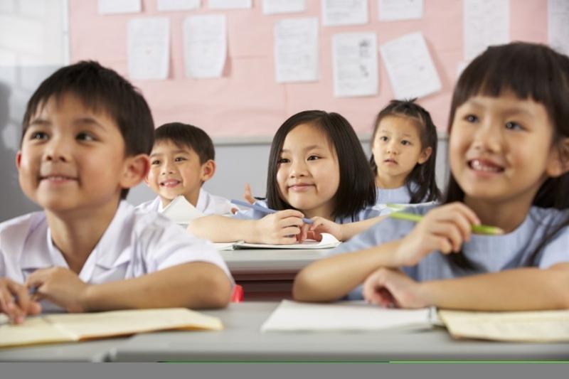 Китайские дети учат в школе песню Димаша Кудайбергенова