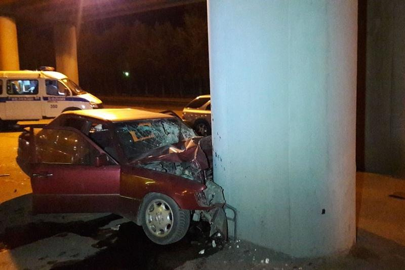 Перепутавший поворот водитель врезался в опору моста в Алматы