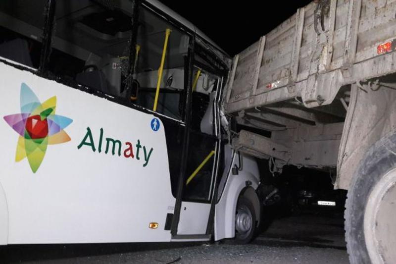 Автобус врезался в грузовик в Алматы