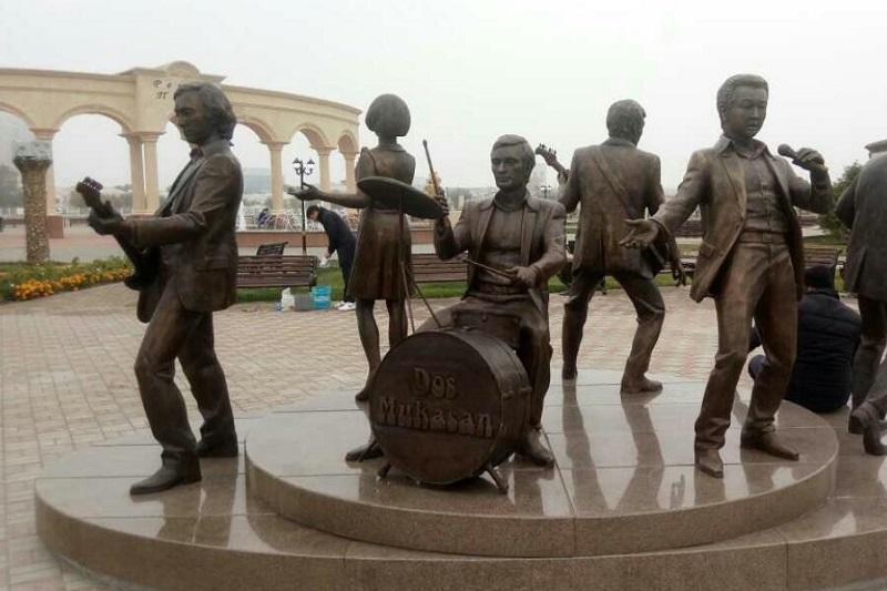 Легендарную группу «Дос Мукасан» увековечили в бронзе в Атырау