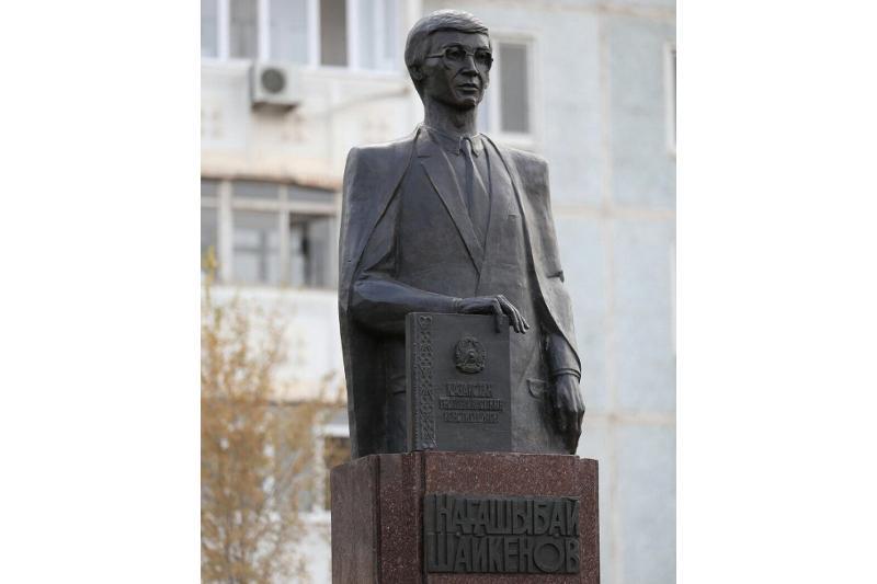 В Актобе открыли памятник первому министру юстиции Казахстана