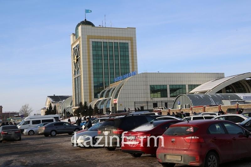 Почему минивэнам запретили въезд на парковку старого железнодорожного вокзала Астаны
