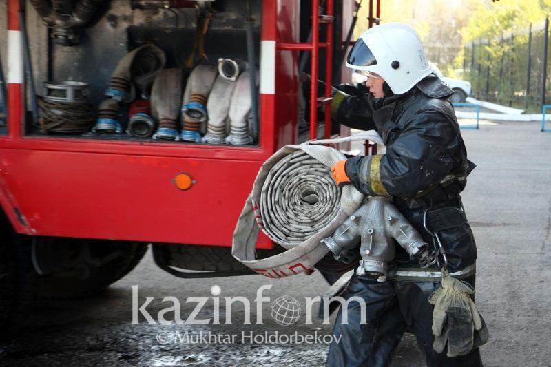 Пожарный вынес шесть газовых баллонов во время пожара в Павлодарской области