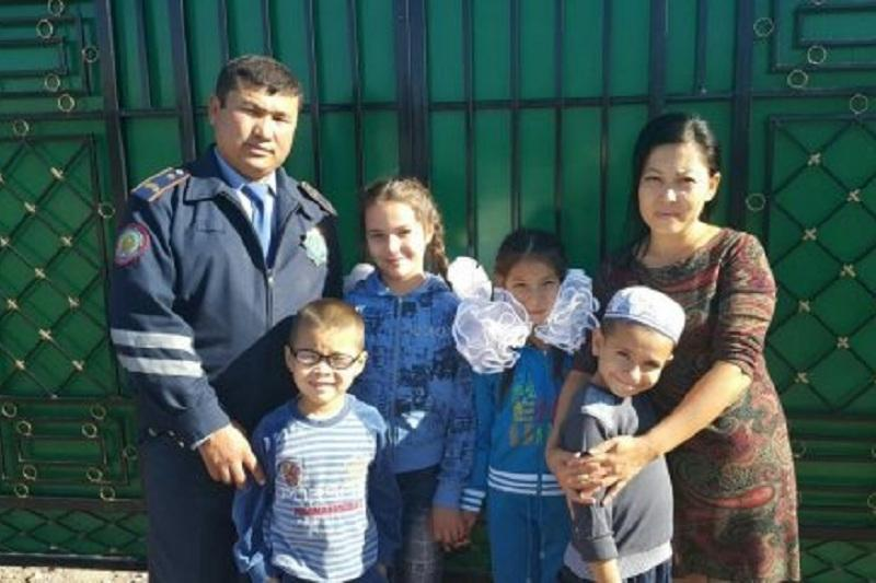 100 жаңа есім: Жамбыл облысында полиция қызметкері 11 бала асырап отыр