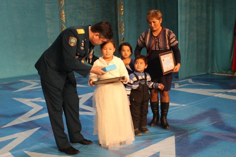 Спасшую из пожара братишку и сестренок девочку наградили в Кокшетау