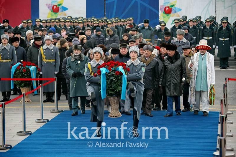 В Алматы возложили цвету к Монументу Независимости
