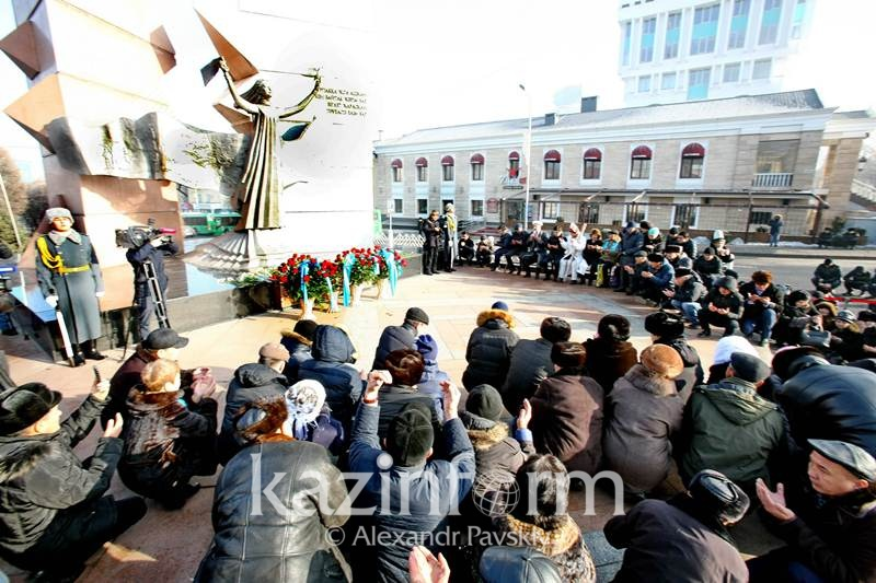 Almaty citizens pay tribute to victims of December 1986 events