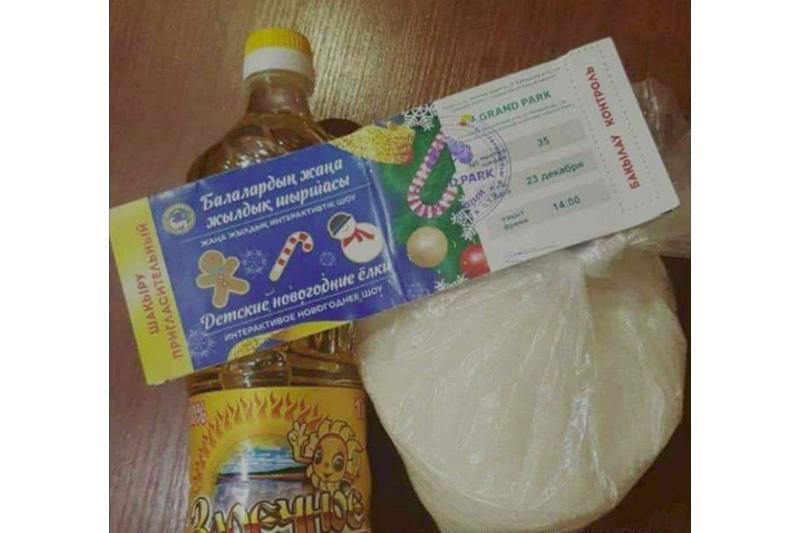 Сауда орталығы балаларға жаңажылдық сыйлыққа өсімдік майы мен қант таратты
