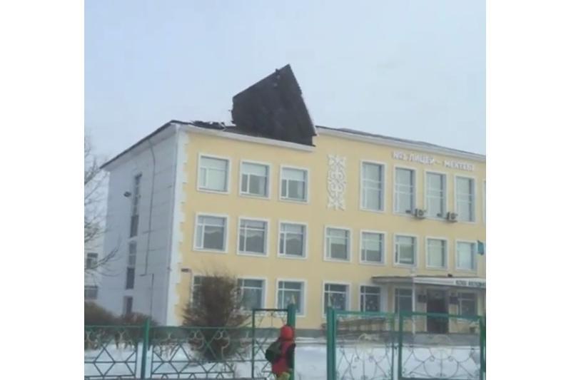 Ветром повредило крышу школы в Экибастузе