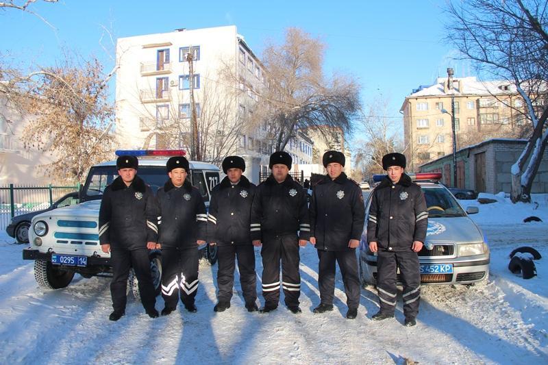 Более 50 человек из горящего дома спасли полицейские в Павлодаре