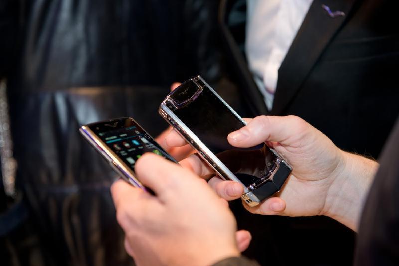 Минобразования РК не запрещает школьникам пользоваться мобильниками
