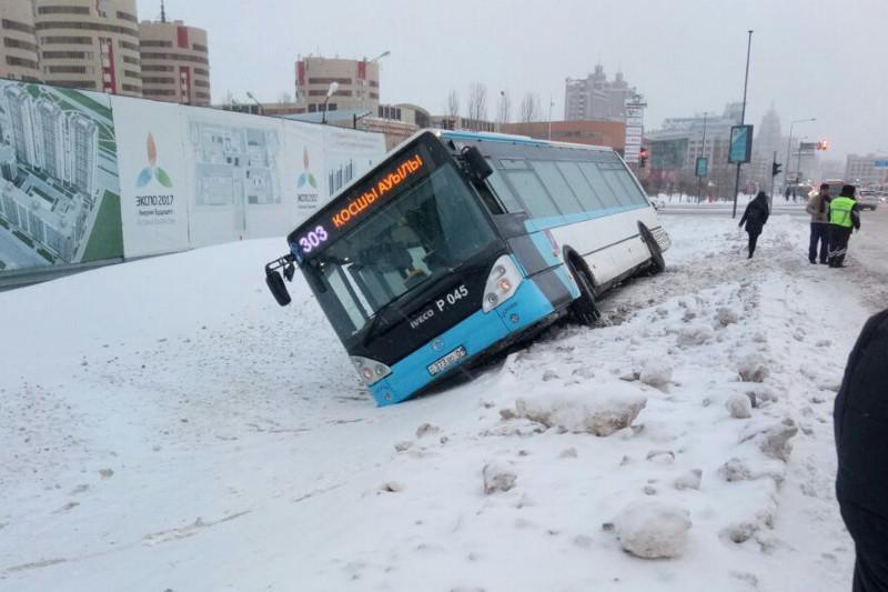 Пассажирский автобус съехал в кювет в Астане