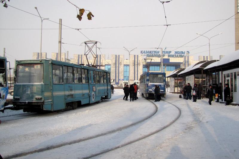 Заваливший рельсы снег мешает проезду трамваев в Павлодаре