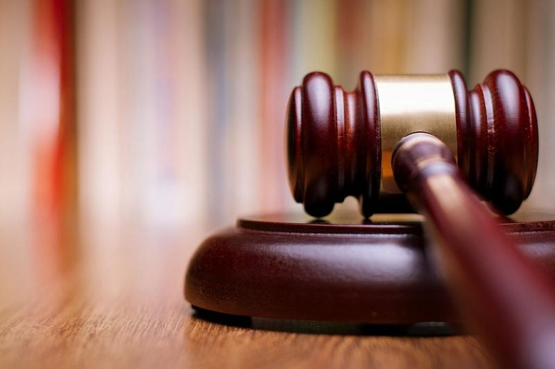 Бравшего взятки айфонами экс-чиновника судят за снятие ареста с квартир в Алматы