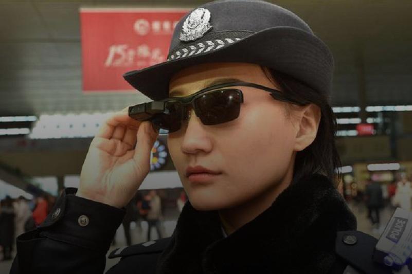 中国警方开始装备智能墨镜