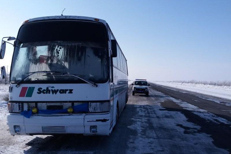 Автобус с 55 узбекистанцами сломался на трассе в Павлодарской области
