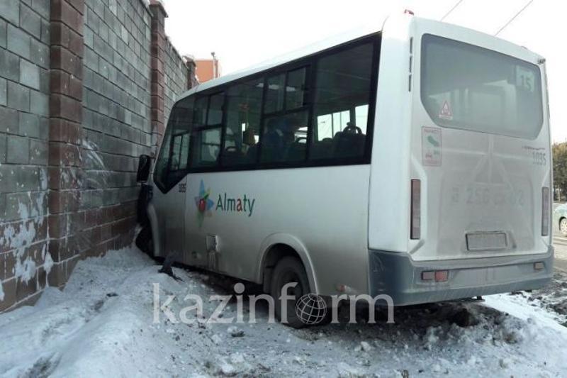 Алматыда автобус тежегіші істемей қалды: 7 адам ауруханаға түсті