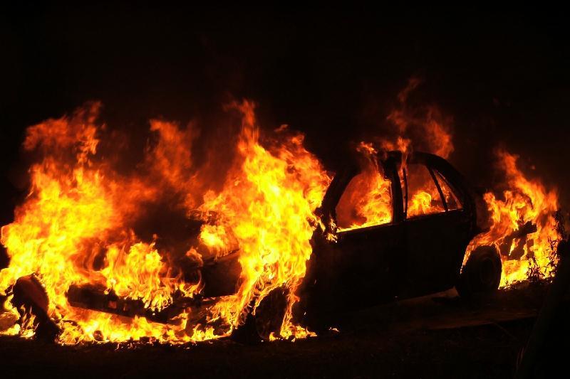 В центре Павлодара сгорела легковушка