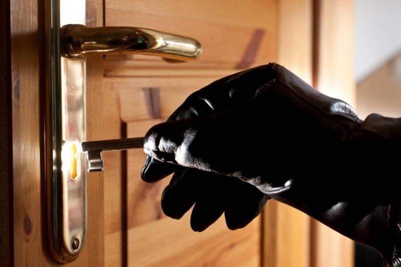 Подозреваемые в краже заперлись в квартире от полицейских в Экибастузе