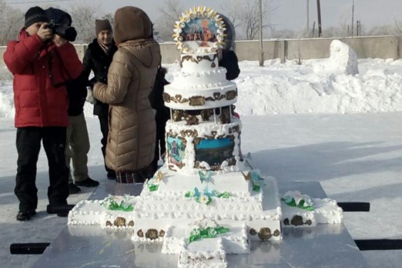Кондитер-самоучка испекла на Масленицу 70-килограммовый торт с видами родного села