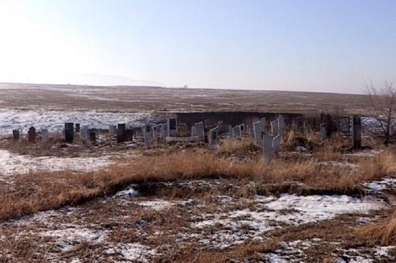 Старое кладбище размыло в ЮКО, останки усопших смывает в реку