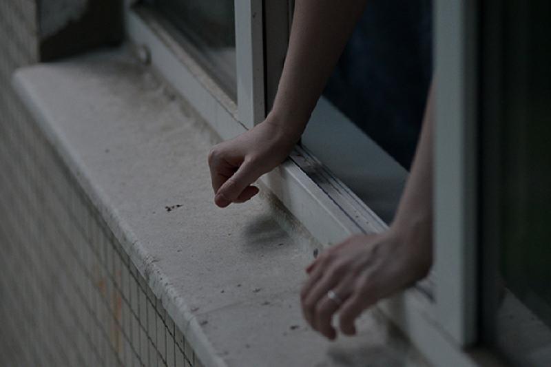 Учителя спасли выпрыгнувшую из окна школьницу в Шымкенте