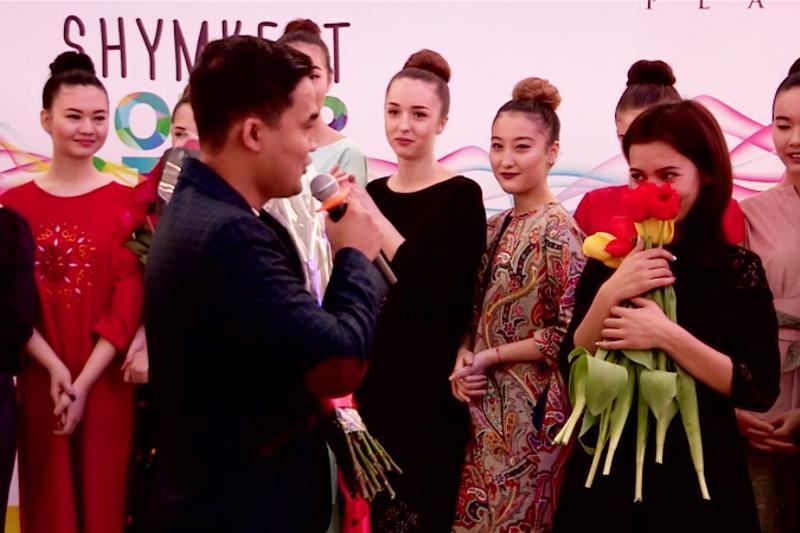 Молодой человек сделал предложение девушке на показе мод в Шымкенте