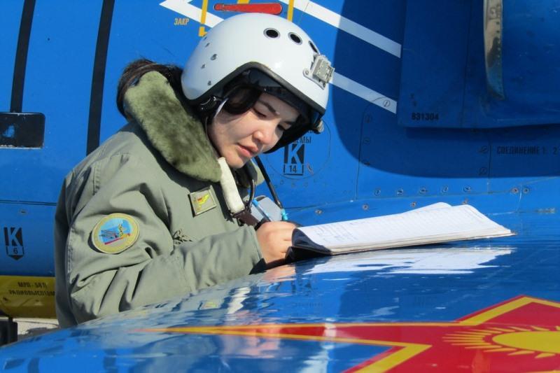 Женщина-военнослужащая Казахстана управляет истребителем