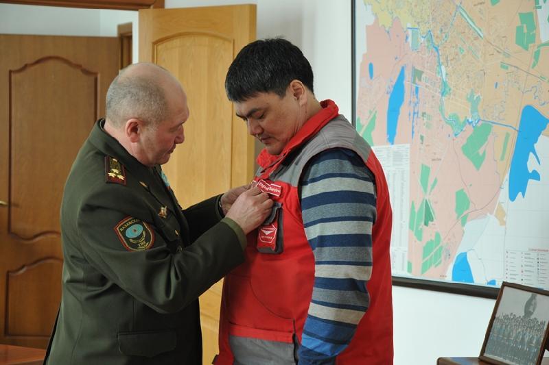 Спасшие женщину и детей строители получили награду КЧС МВД Казахстана