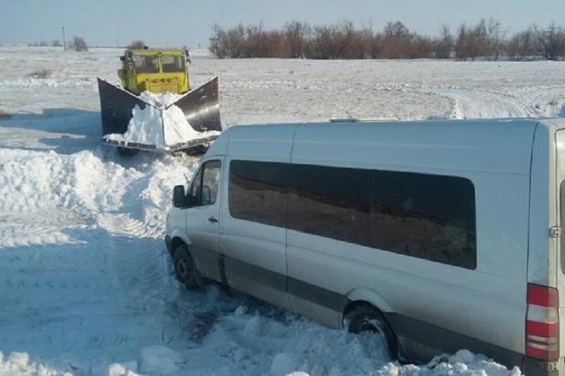 Из-за гололеда рейсовый микроавтобус слетел в кювет в Павлодарской области