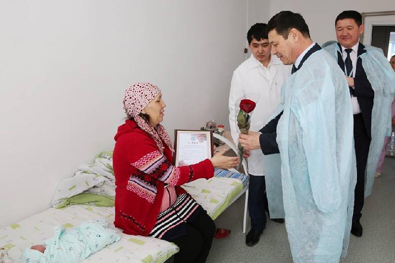 Әкім 8 наурызда босанған аналарды перзентханаға құттықтап барды - Қызылорда облысы