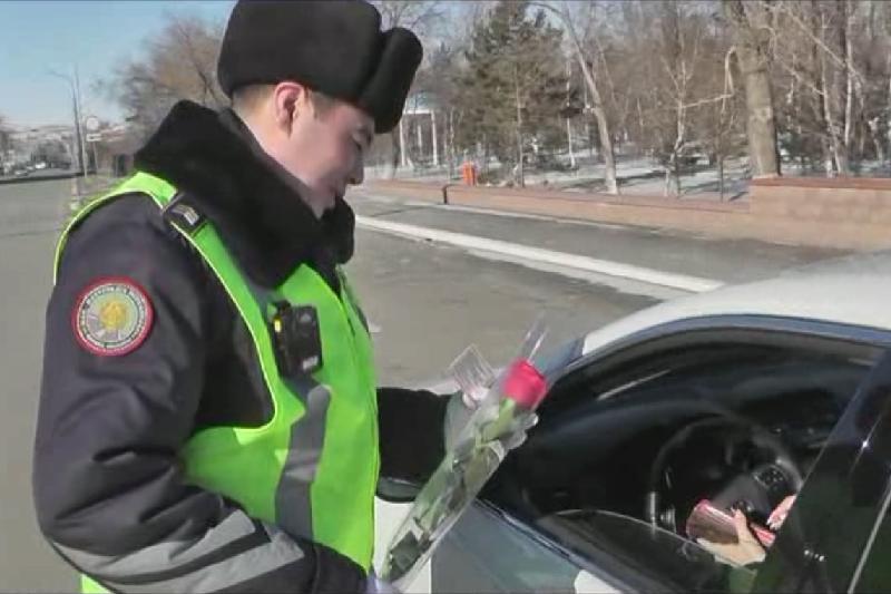 Автоледи Кокшетау получили цветы от полицейских