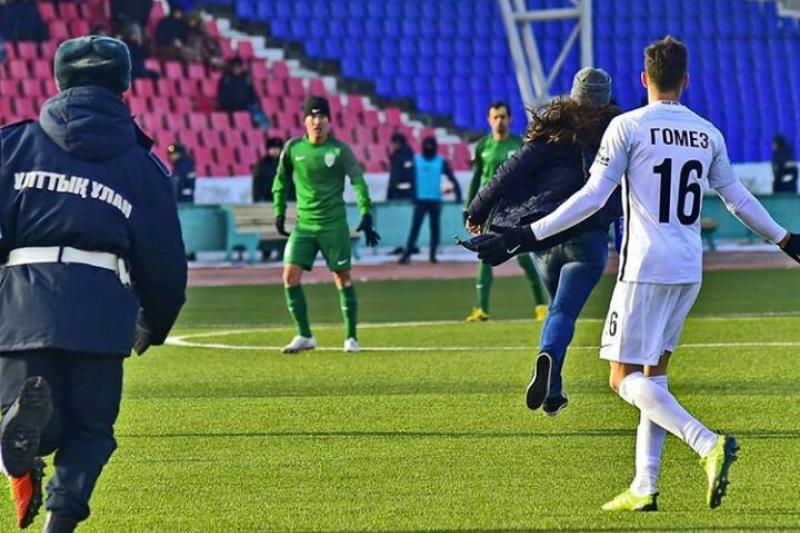Болельщица выбежала на футбольное поле в ходе матча в Павлодаре