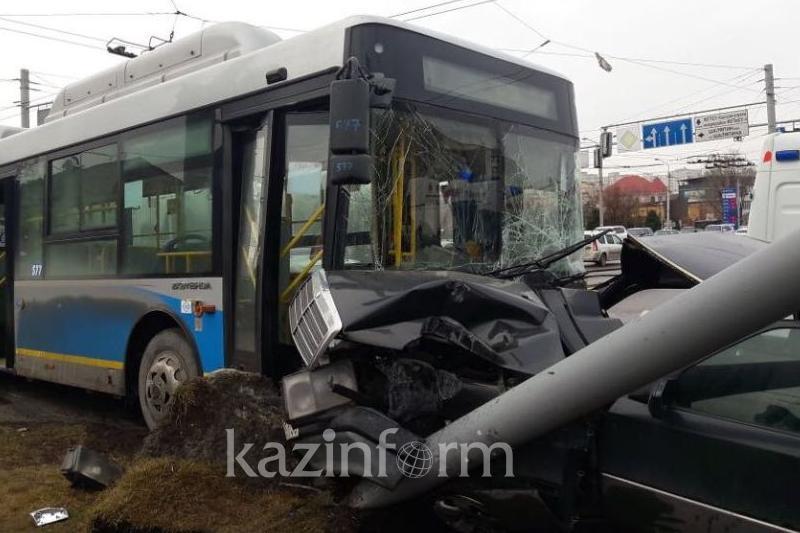 Алматыда автобус пен жеңіл көлік соқтығысып, 7 жолаушы жарақат алды