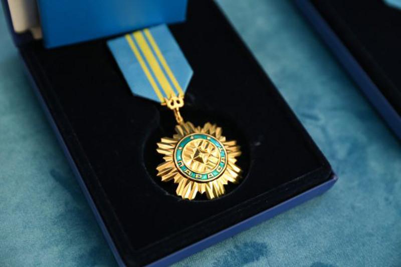 Глава государства наградил Президента Таджикистана орденом «Парасат»
