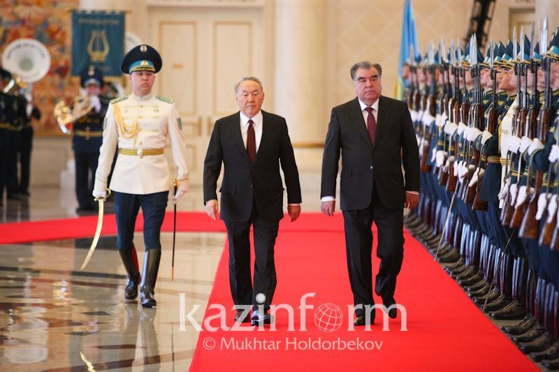 Эмомали Рахмон ресми сапармен Астанаға келді