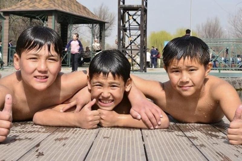 Детвора Шымкента открыла купальный сезон в реке Кошкарата