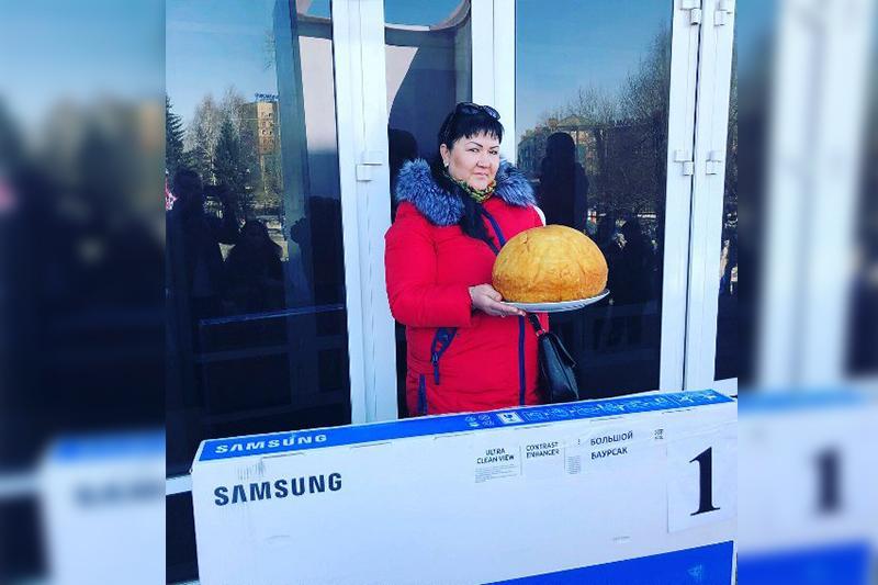 Огромный шестикилограммовый баурсак испекли в Усть-Каменогорске