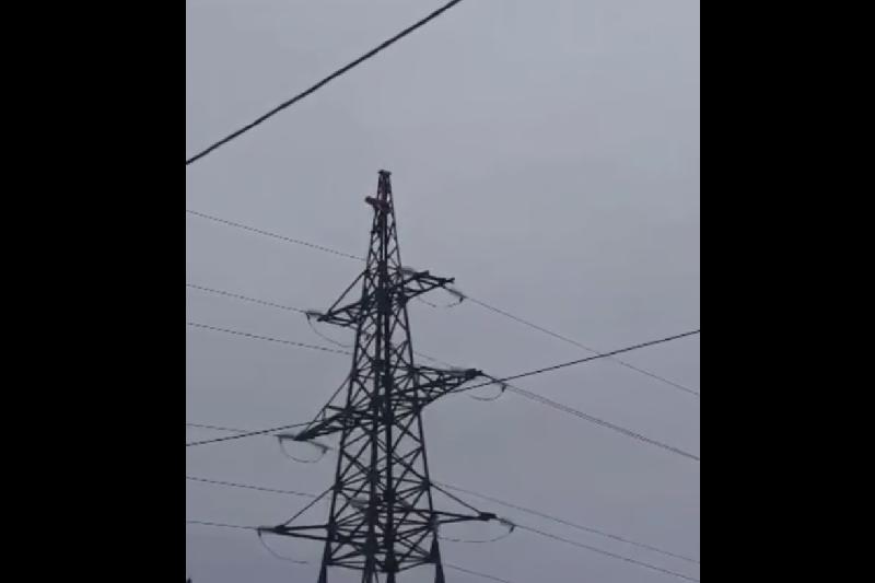 Мужчина взобрался на высоковольтный столб в Щучинске и признался в любви