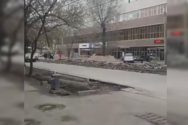 Алматыда трамвай рельстерін бұзып жатыр