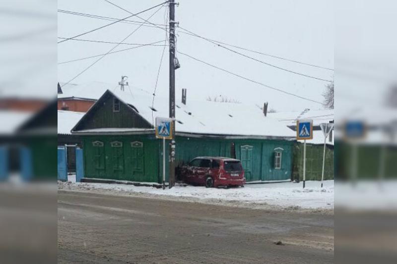 Автомобиль въехал в дом в Павлодаре