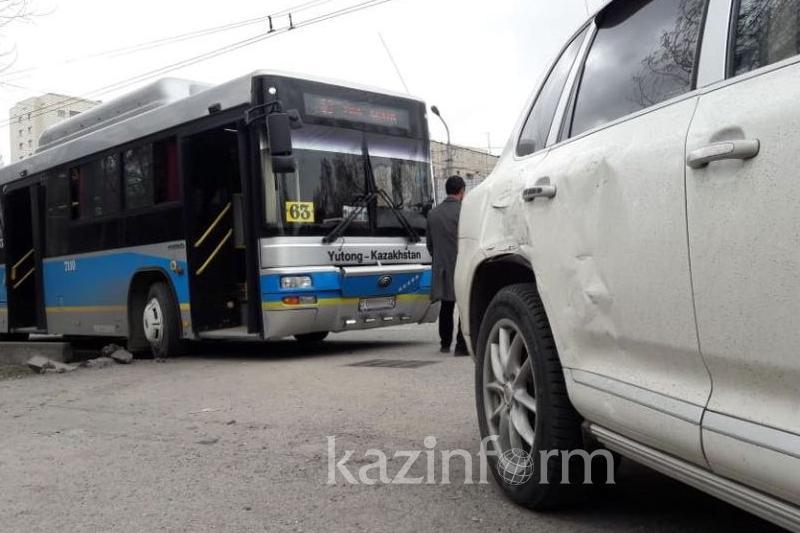 Алматыда автобус апатқа ұшырап, 4 адам жарақат алды