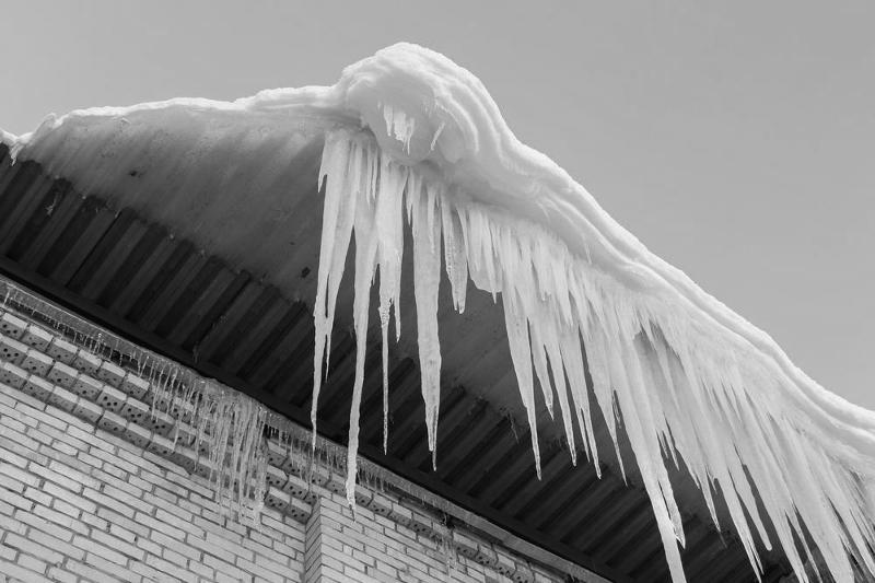 Упавшая глыба льда убила мужчину в Уральске