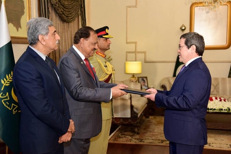 Ambassador Sadykov presents credentials to Pakistan president