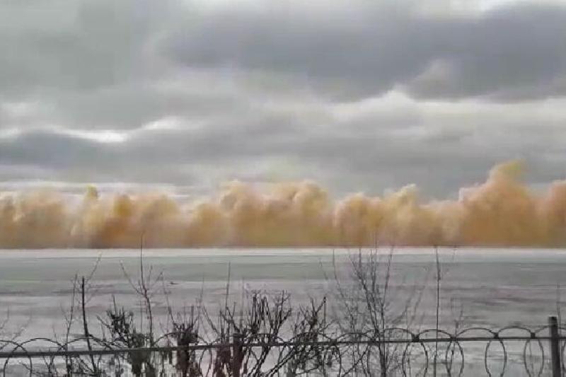 Из-за подрыва льда на реке Иртыш в Семее выбило стекла, пострадал человек