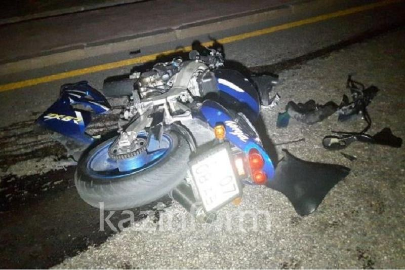 Медеуде мотоцикл мінген жігіт пен қыз апатқа ұшырады