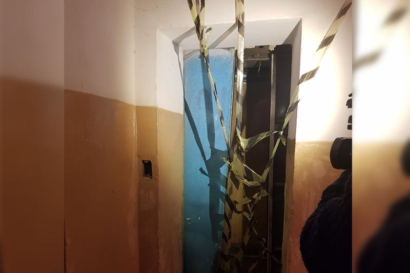 Лифттегі журналист өлімі: Сот залынан тұтқындалған механик шартты жазамен бостандыққа шықты