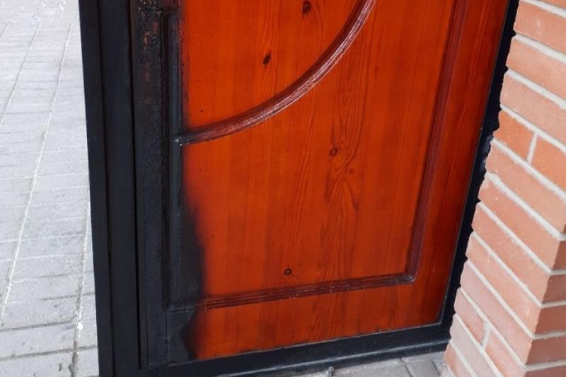 Неизвестные подожгли дверь собора в Павлодаре