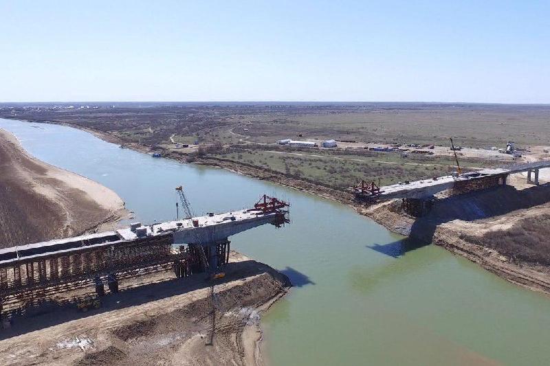 萨金塔耶夫视察乌拉尔河跨河大桥工程